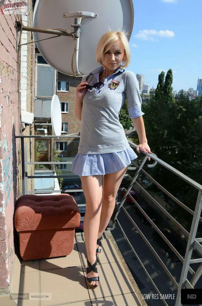 Mi vecina se despelota en la terraza - foto 1