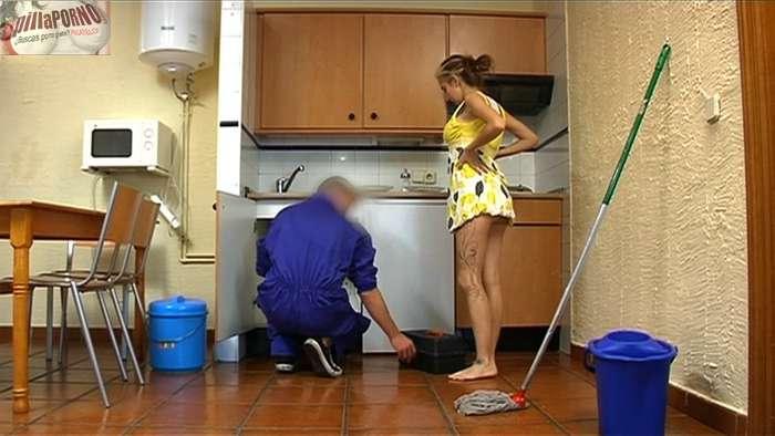 Chica de cadiz follandose al fontanero - foto 5