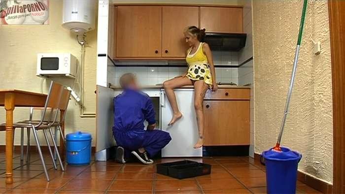 Chica de cadiz follandose al fontanero - foto 7