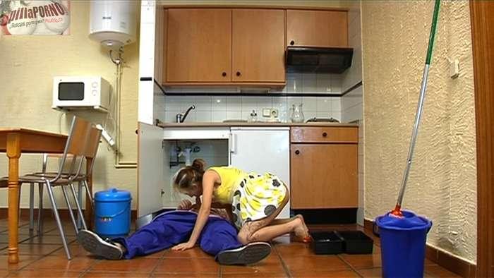 Chica de cadiz follandose al fontanero - foto 9