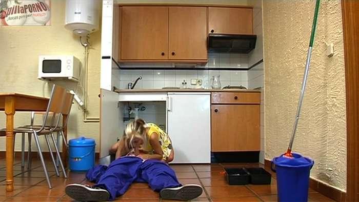 Chica de cadiz follandose al fontanero - foto 10