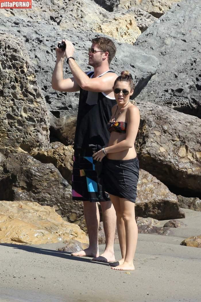 Miley Cyrus en bikini en las playas de Malibu - foto 1