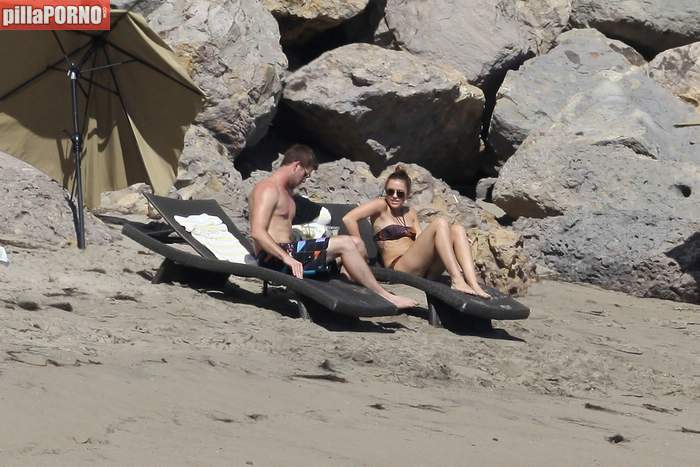 Miley Cyrus en bikini en las playas de Malibu - foto 4