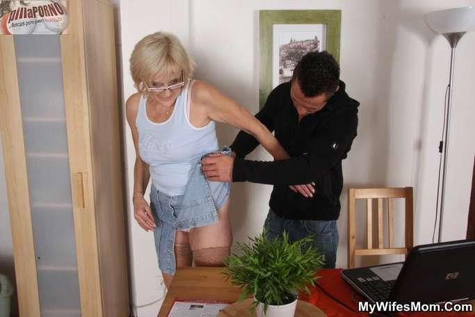 Le levanto la falda a mi suegra - foto 3