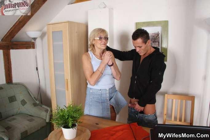 Le levanto la falda a mi suegra - foto 4