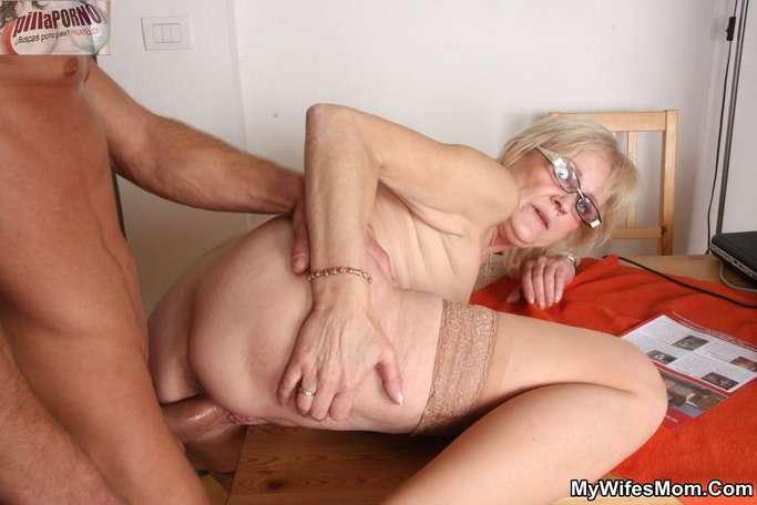 Le levanto la falda a mi suegra - foto 11