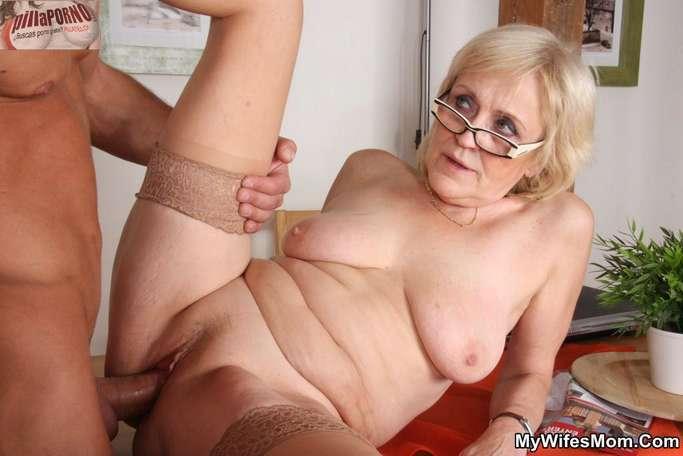 Le levanto la falda a mi suegra - foto 13
