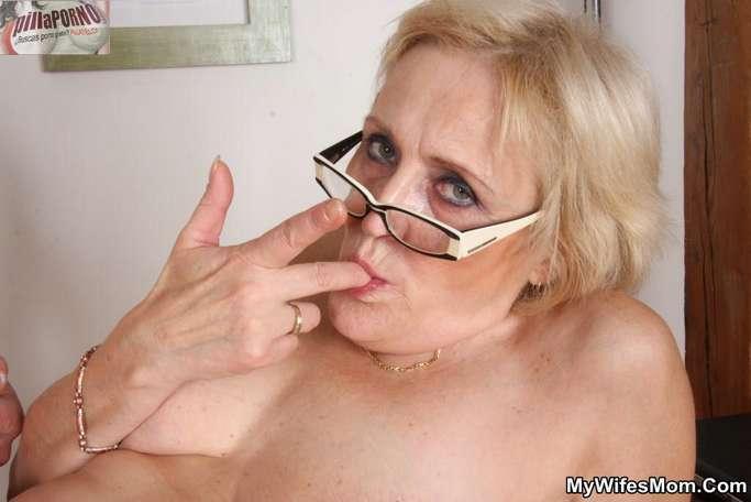 Le levanto la falda a mi suegra - foto 16