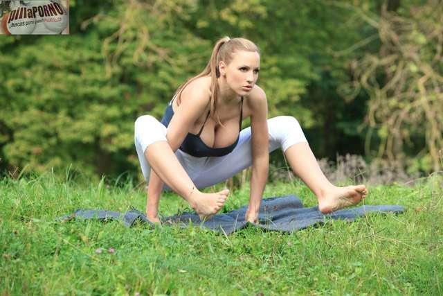 Jordan Carver se relaja haciendo yoga - foto 6