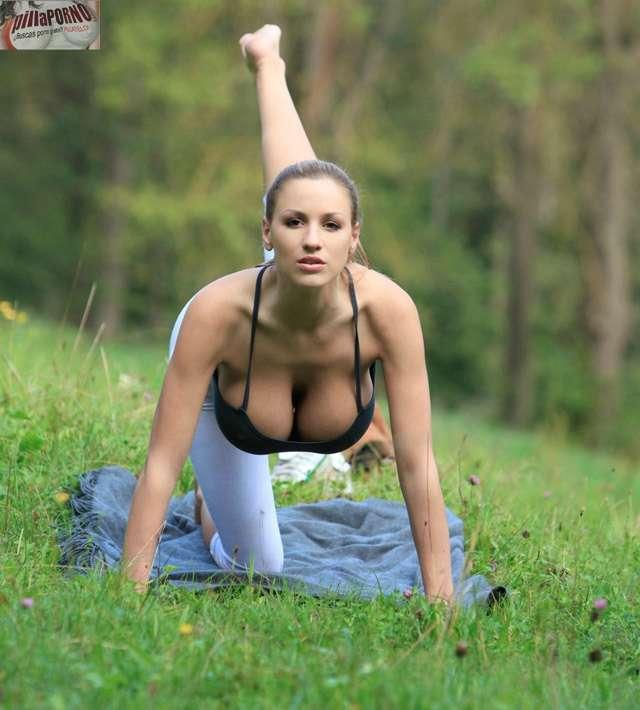 Jordan Carver se relaja haciendo yoga - foto 9