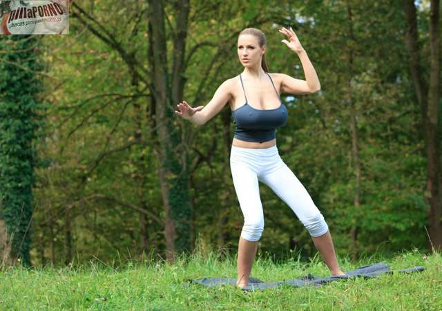 Jordan Carver se relaja haciendo yoga - foto 11