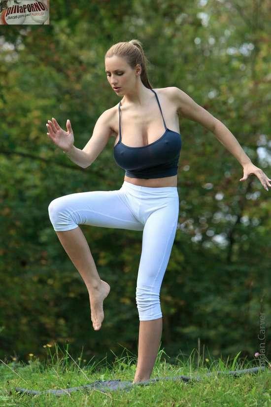 Jordan Carver se relaja haciendo yoga - foto 12