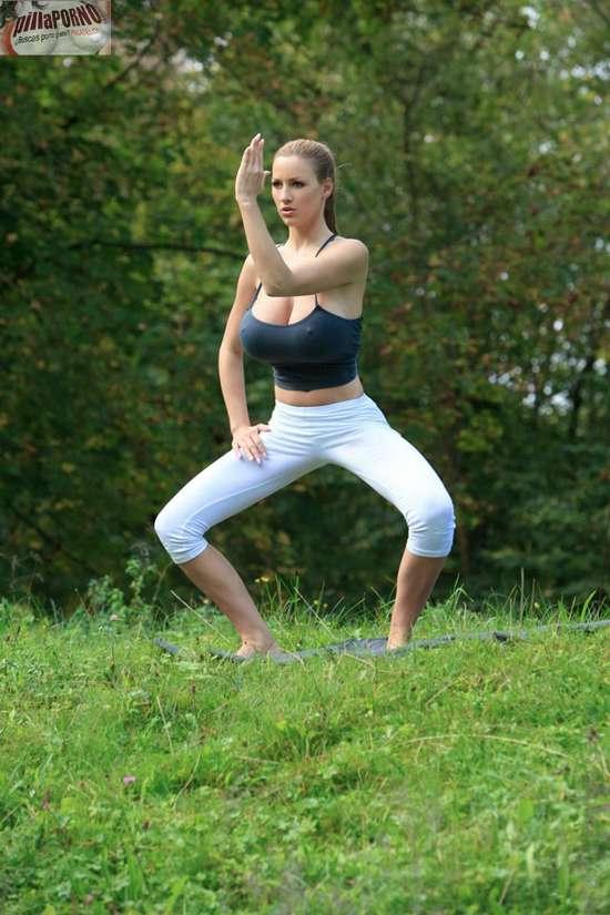 Jordan Carver se relaja haciendo yoga - foto 13