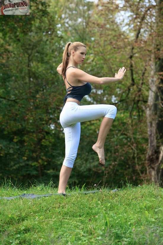 Jordan Carver se relaja haciendo yoga - foto 14
