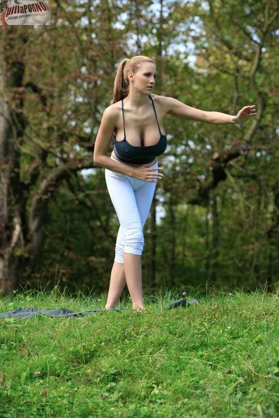 Jordan Carver se relaja haciendo yoga - foto 16