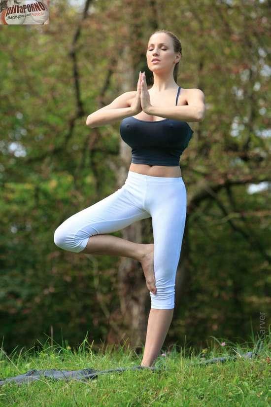 Jordan Carver se relaja haciendo yoga - foto 17