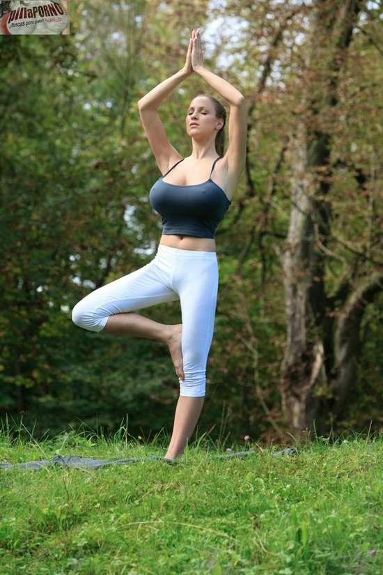Jordan Carver se relaja haciendo yoga - foto 18
