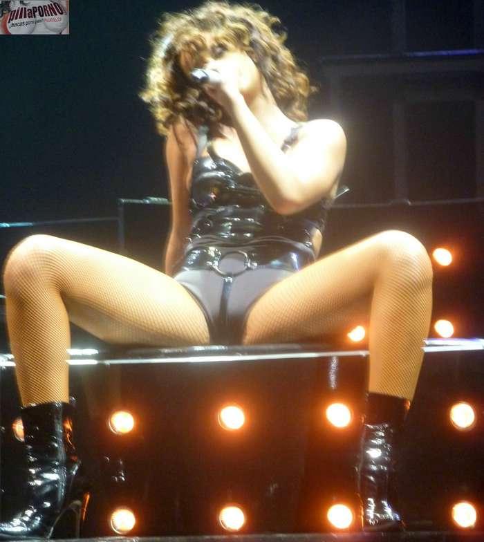 Rihanna marcando coño en un concierto - foto 6