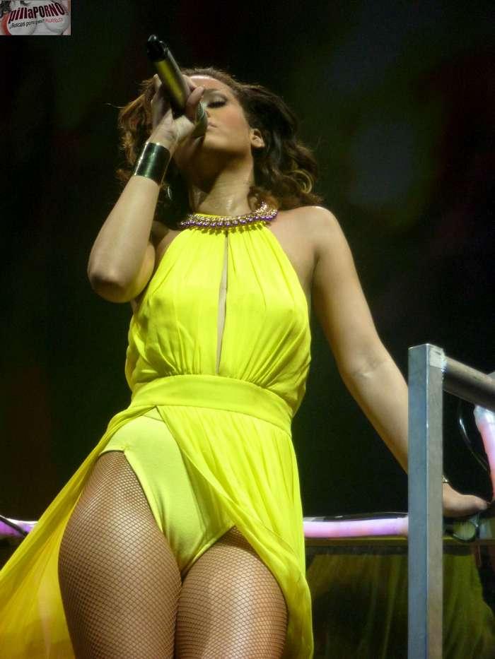 Rihanna marcando coño en un concierto - foto 8