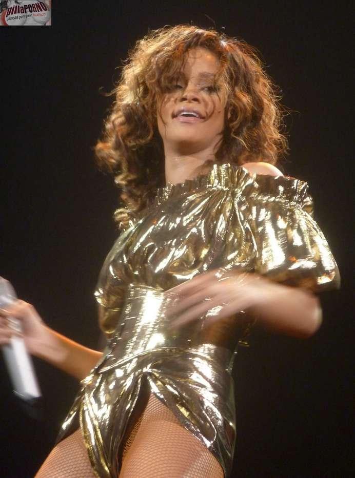 Rihanna marcando coño en un concierto - foto 12