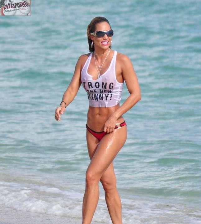 Jennifer Nicole Lee casi desnuda en la playa - foto 3