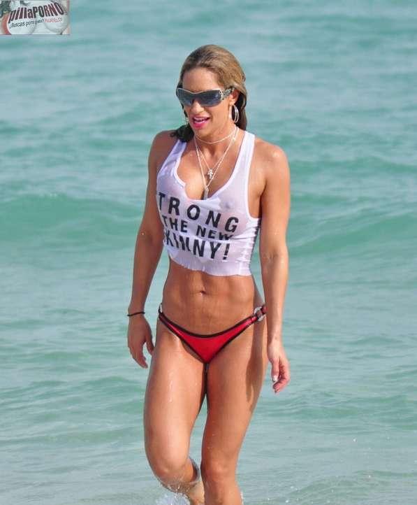 Jennifer Nicole Lee casi desnuda en la playa - foto 9