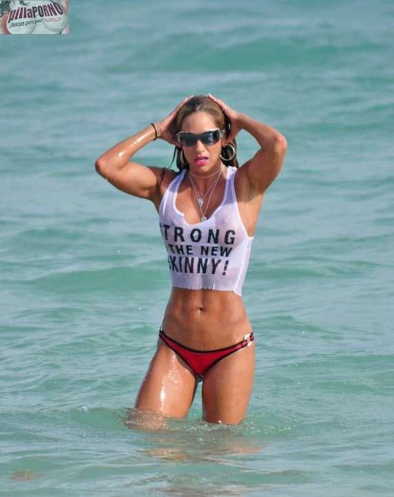 Jennifer Nicole Lee casi desnuda en la playa - foto 13