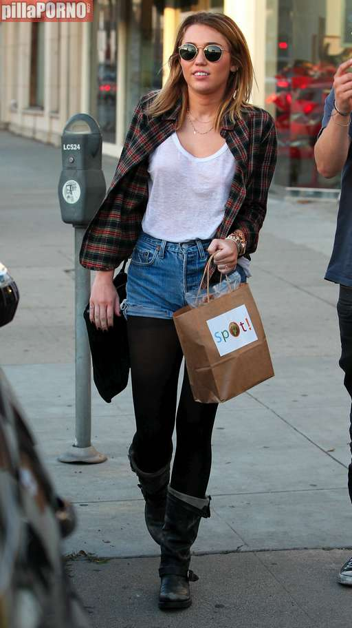 Miley Cyrus sin sujetador marcando pezones - foto 9
