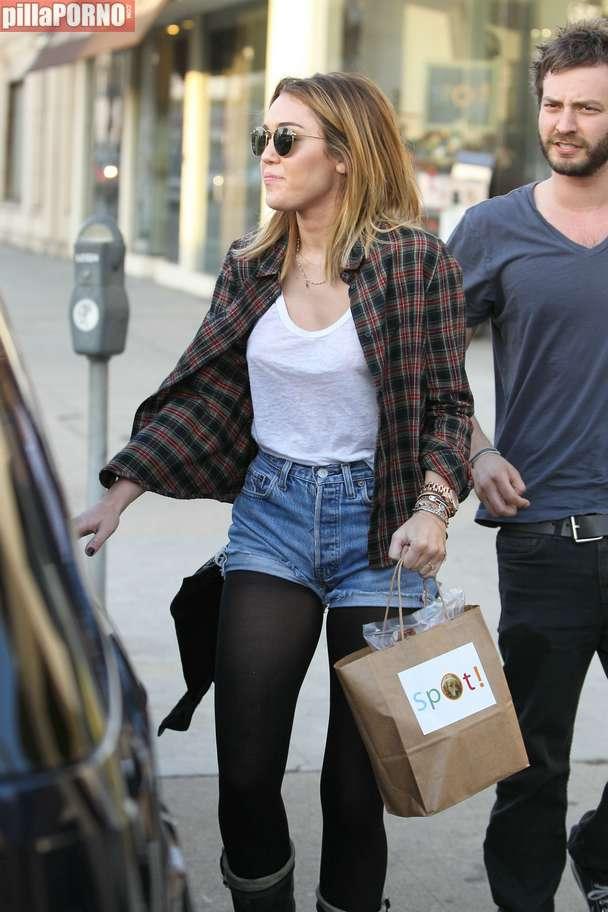 Miley Cyrus sin sujetador marcando pezones - foto 11