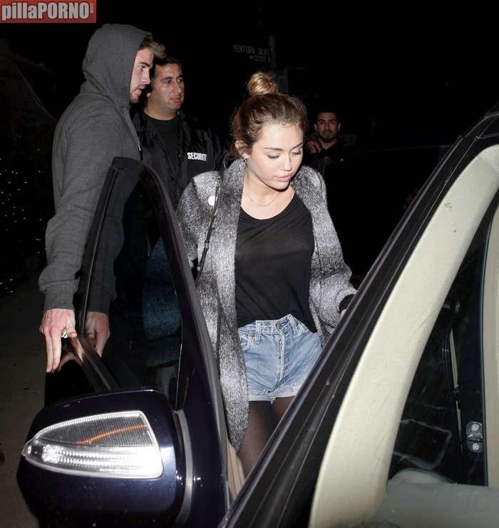 Miley Cyrus sin sujetador marcando pezones - foto 14