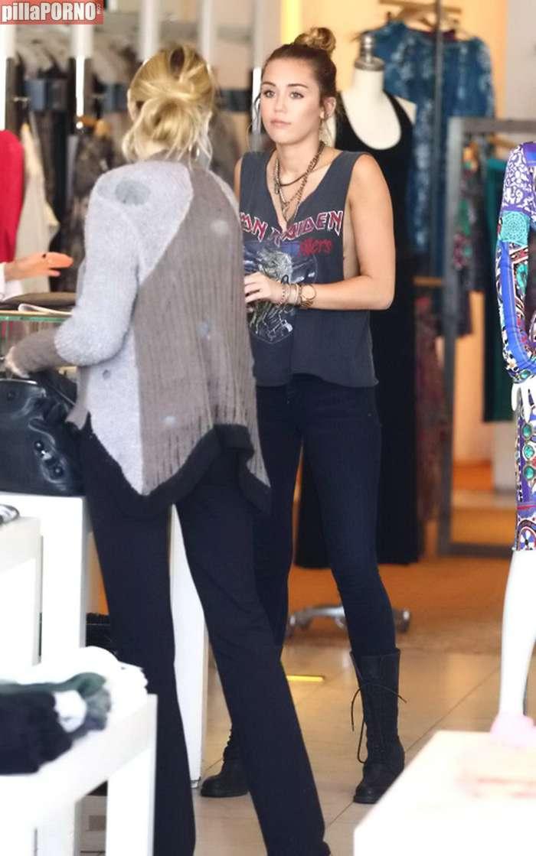 Miley Cyrus esta vez sin sujetador - foto 5