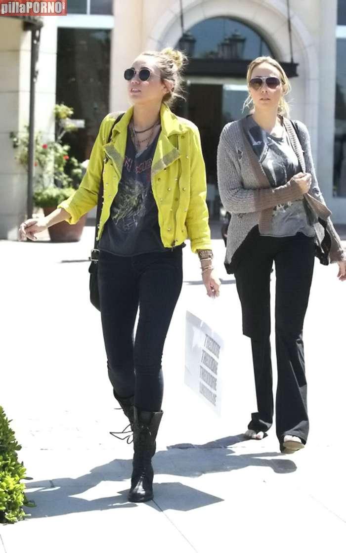Miley Cyrus esta vez sin sujetador - foto 7