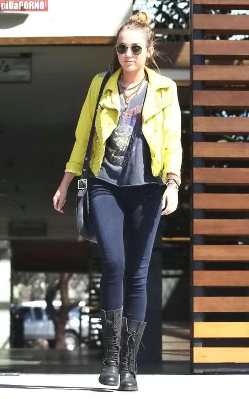 Miley Cyrus esta vez sin sujetador - foto 9