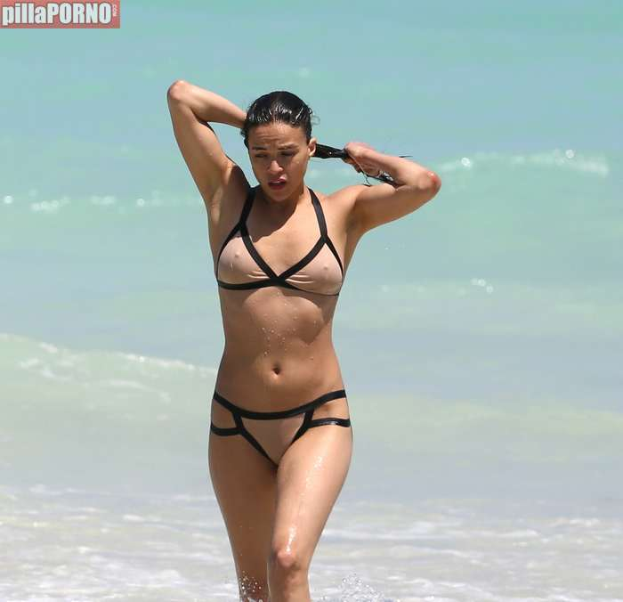 Impresionante Michelle Rodriguez en bikini - foto 2