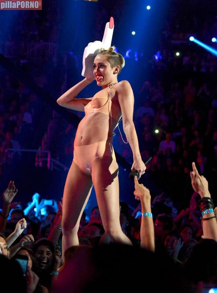 Miley Cyrus muy caliente en los premios MTV - foto 12
